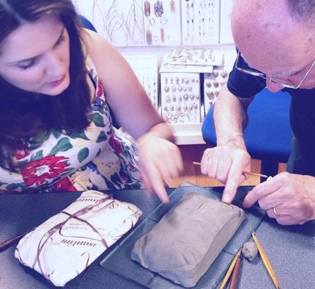 Benedetta Bruzziches con lo scultore mentre realizza la minaudiere Cabaret copia