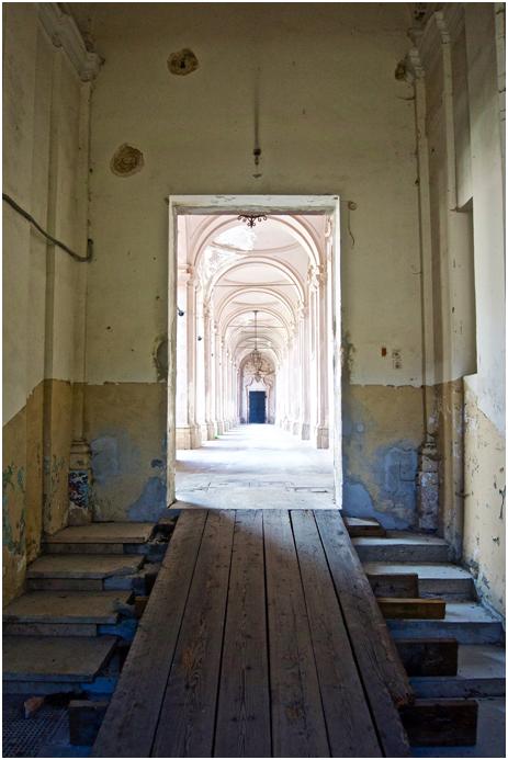 Principal entrance to the Cortile dei Nobili(NobleCloister) Abbazia di S. Spirito al Morrone, Badia Sulmonese (AQ) Italy. All non cited photographs by: Jacopo A. Colarossi