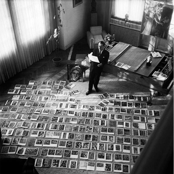Malraux fotografato da Maurice Jarnoux mentre esamina le fotografie per la preparazione del secondo volume del Musee Imaginaire
