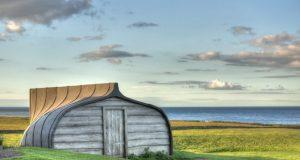 """Dialetti Architettonici (pillole): Lindisfarne """"The Holy Island"""" dove i capanni sono fatti con le barche – di Carlo Gibiino"""
