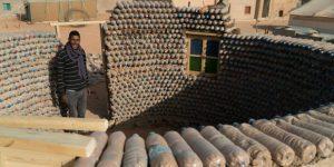 Dialetti Architettonici (pillole). Un rifugiato costruisce case usando bottiglie di plastica – di Carlo Gibiino